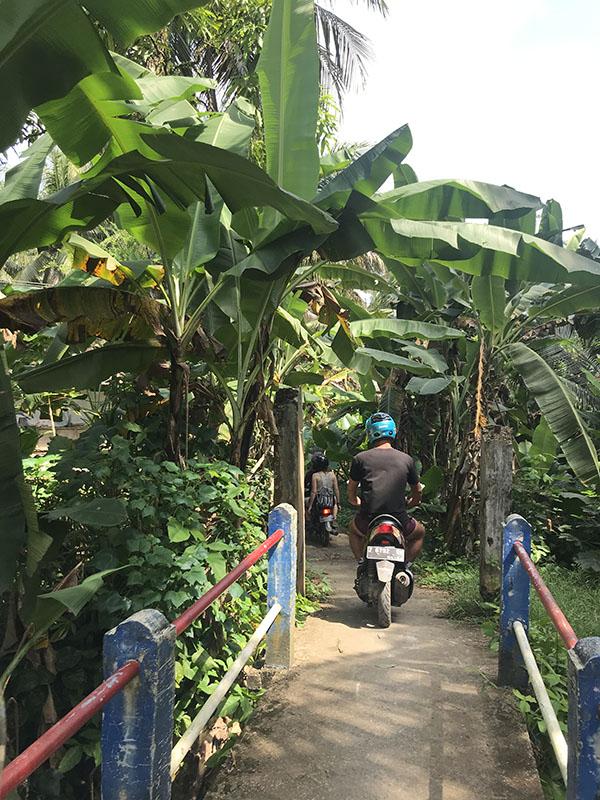 Traverser d'un pont en scooter